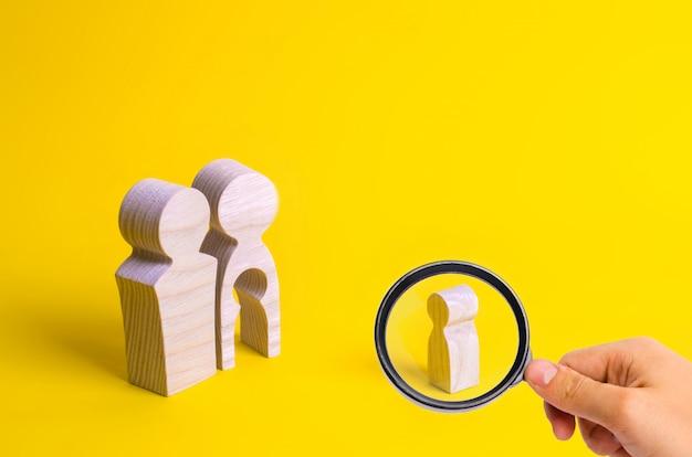 Figures en bois d'un homme et d'une femme avec un vide à l'intérieur du corps en forme d'enfant Photo Premium