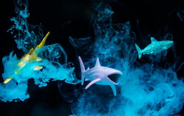 Figures De Requin Dans L'eau Avec Effet Négatif Et Fumée Bleue Photo gratuit