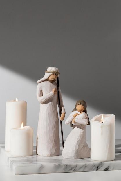 Figurine Epiphany Day Femme Et Homme Avec Nouveau-né Et Bougies Photo gratuit