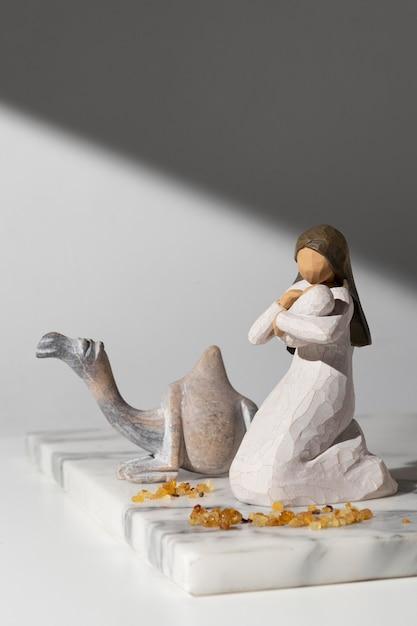 Figurine Féminine Du Jour De L'épiphanie Avec Bébé Et Chameau Photo gratuit
