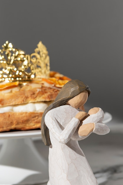 Figurine Féminine Du Jour De L'épiphanie Avec Dessert Et Nouveau-né Photo gratuit