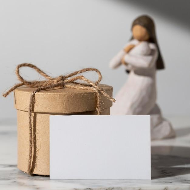 Figurine Féminine Du Jour De L'épiphanie Avec Nouveau-né Et Coffret Cadeau Photo gratuit