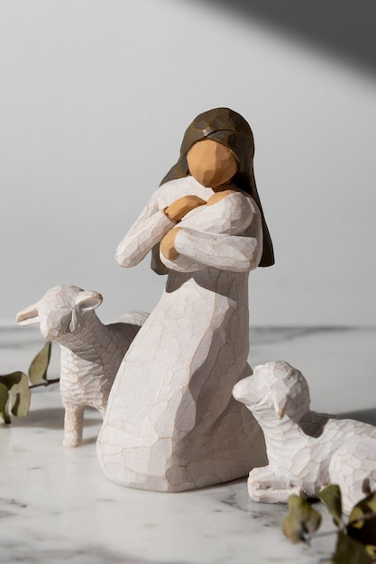 Figurine Féminine Du Jour De L'épiphanie Avec Nouveau-né Et Mouton Photo gratuit