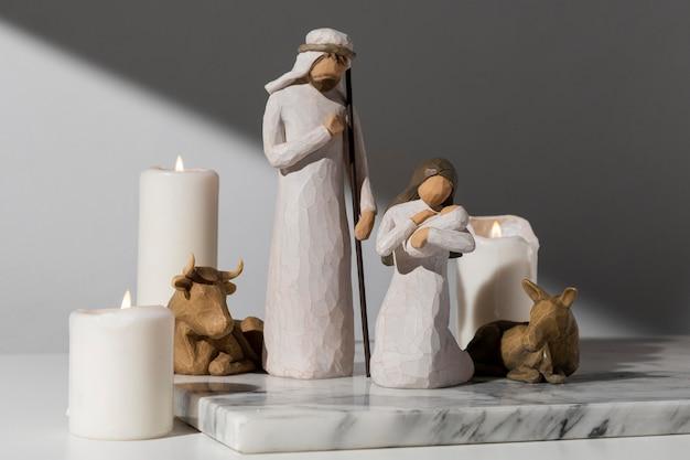 Figurine Femme Et Homme Jour De L'épiphanie Avec Bovins Et Bébé Photo gratuit