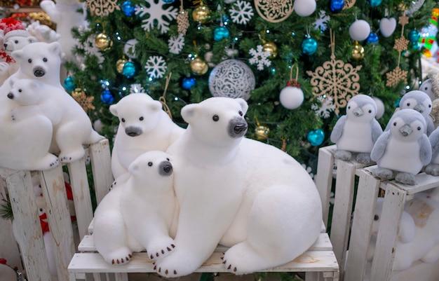 Figurine jouet ours polaire, près de l'arbre de noël. décor de noël, décorations d'arbre de noël. Photo Premium
