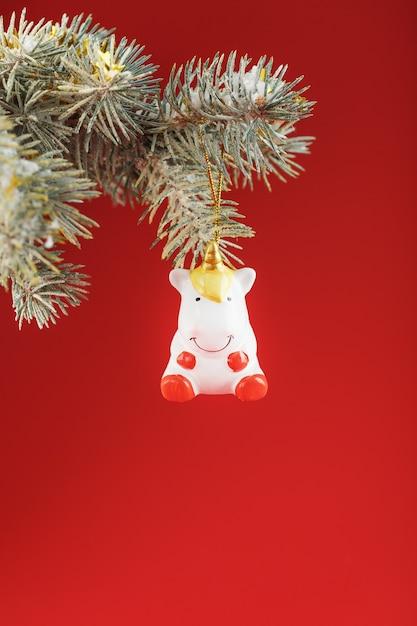 Figurine De Licorne Sur Un Arbre De Noël Photo Premium