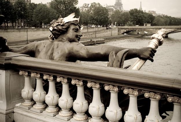 Figurine sur le pont pont alexandre iii à paris france Photo Premium