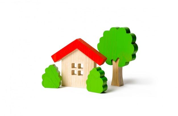 Figurines de cabane et d'arbre en bois avec arbustes Photo Premium