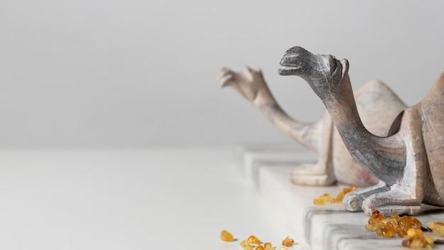 Figurines De Chameau Du Jour De L'épiphanie Avec Raisins Secs Et Espace Copie Photo gratuit