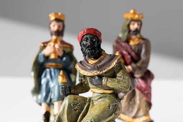 Figurines Des Rois Du Jour De L'épiphanie Avec Des Couronnes Photo gratuit