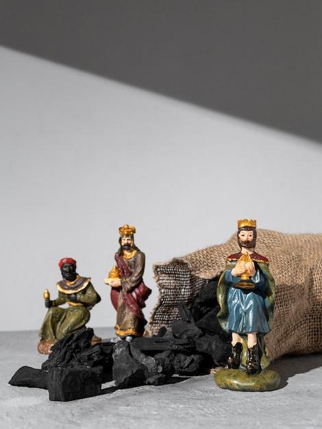 Figurines Des Rois Du Jour De L'épiphanie Avec Sac De Charbon Et Espace Copie Photo gratuit