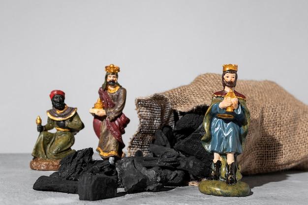 Figurines Des Rois De L'épiphanie Avec Sac De Charbon Photo gratuit