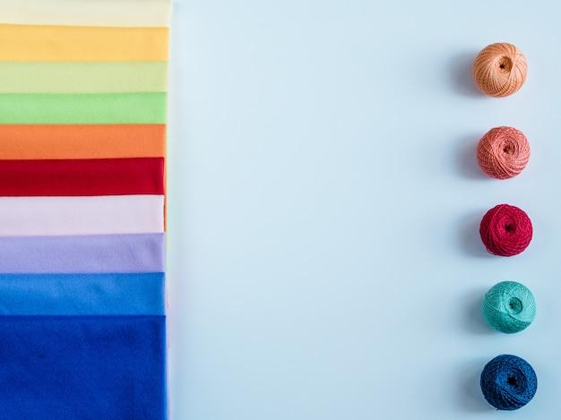 Fil arc en ciel coloré pour le tricot. crochets, ciseaux et aiguilles à tricoter Photo Premium