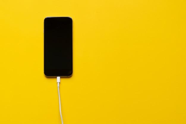Fil de charge inséré dans le smartphone isolé Photo Premium