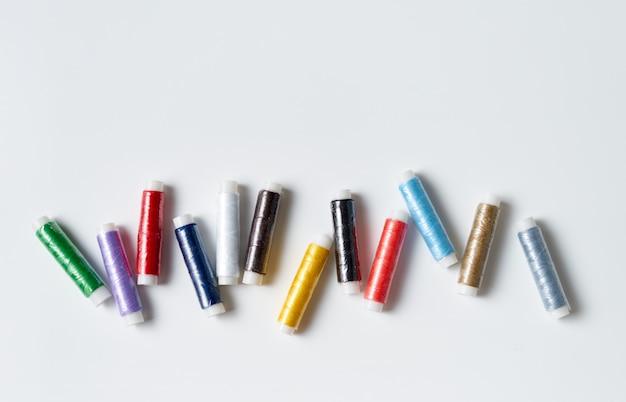 Fil coloré roule sur fond blanc Photo Premium