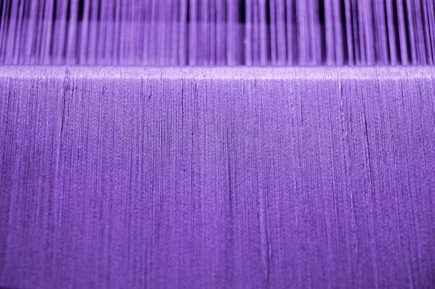 Fil de coton violet sur métier à tisser pour fond de texture artisanale Photo Premium