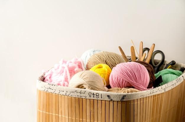 Fil de couleur pour le tricot, les aiguilles à tricoter et les crochets Photo Premium
