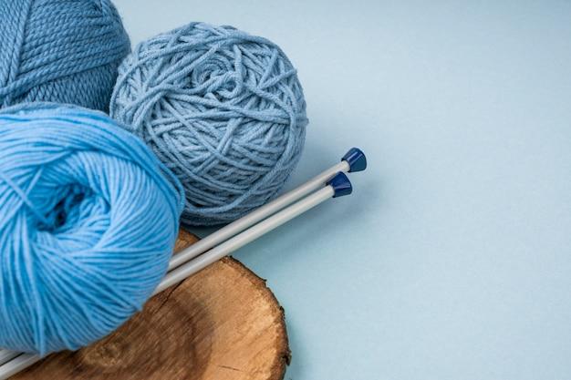 Fil de laine coloré avec aiguilles à crocheter Photo gratuit