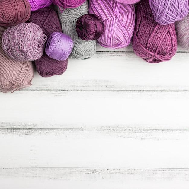 Fil de laine coloré avec espace de copie Photo gratuit