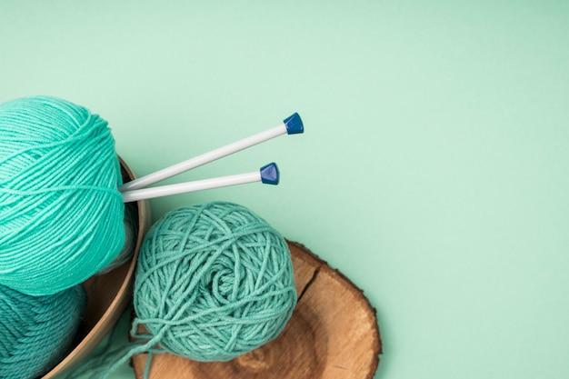Fil de laine colorée avec aiguilles à crocheter Photo gratuit