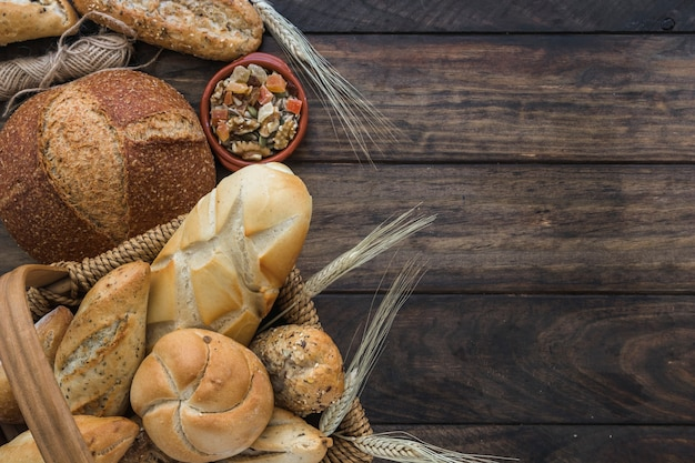 Fil et noix près du pain Photo gratuit