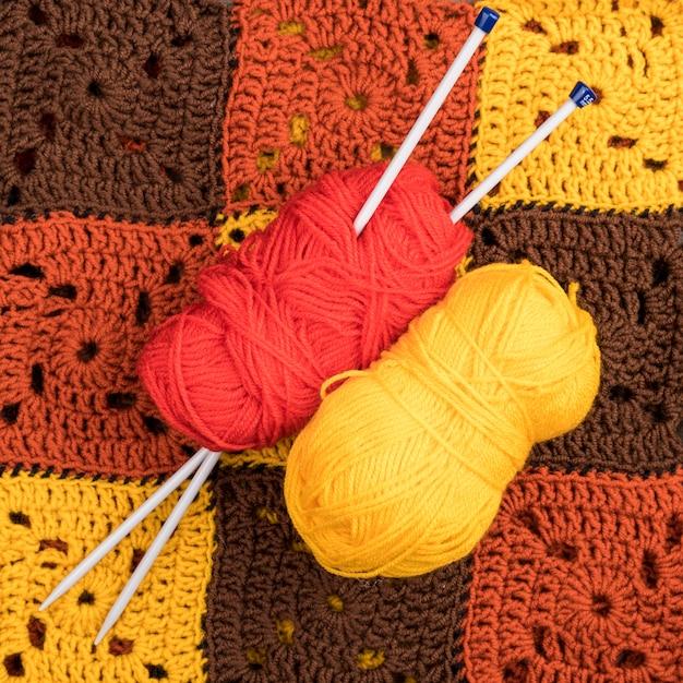 Fil rouge et jaune sur un motif en laine Photo gratuit