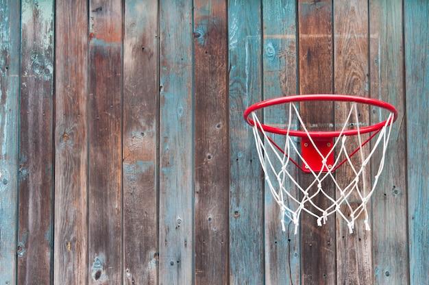 Filet de basket sur un vieux mur en bois. Photo Premium