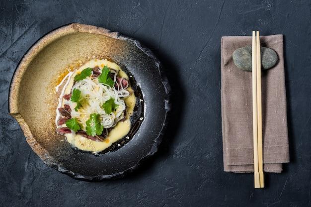 Filet de boeuf avec sauce et nouilles au verre Photo Premium