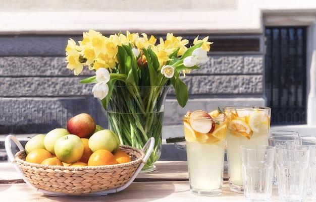 Filet de fruits et bouquet de fleurs de printemps Photo Premium