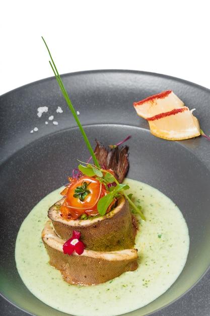 Filet De Poisson Avec Sauce Au Four Et Décoré Photo Premium
