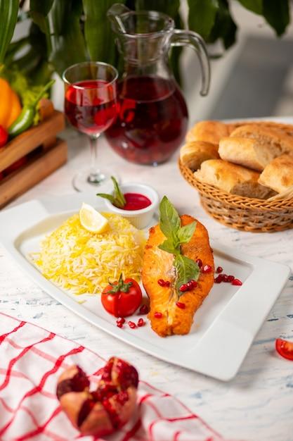 Filet de poisson de saumon blanc grillé avec garniture basilique, tomate et riz. Photo gratuit
