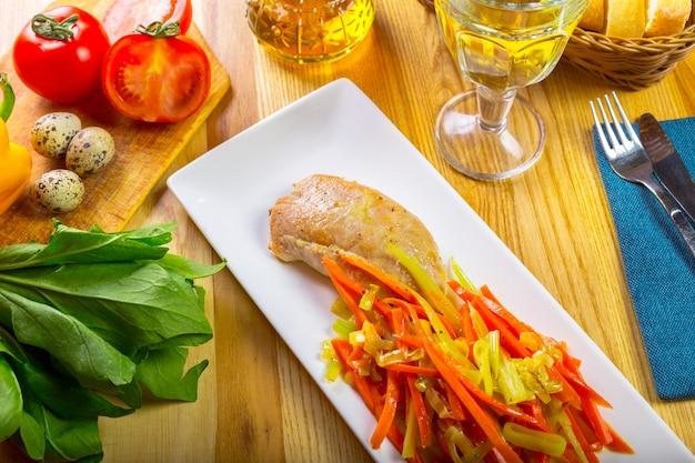 Filet de poitrine de poulet grillé et poivron frit Photo Premium