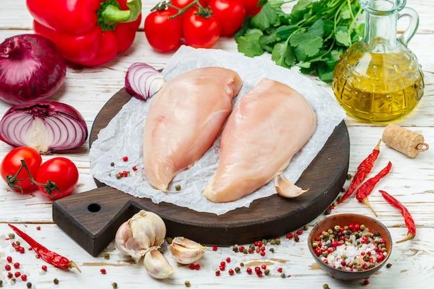 Filet de poulet biologique cru non cuit (poitrine) Photo Premium