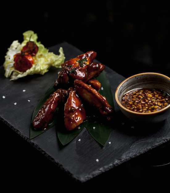 Filet De Poulet à La Sauce Teriyaki Et Feuilles De Salade Photo gratuit