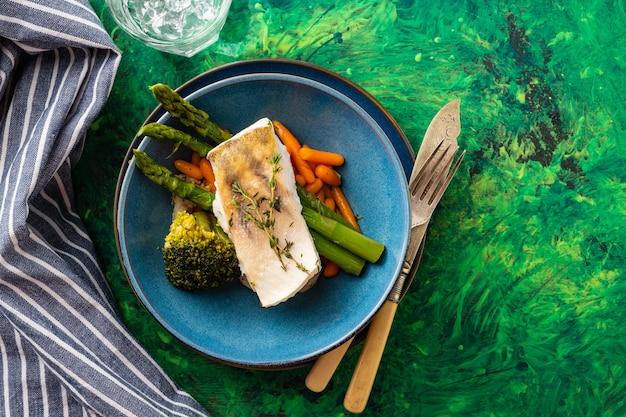 Filet De Sandre Aux Asperges, Brocoli Et Carottes. Poisson Frit Avec Des Légumes Verts Cuits Photo Premium