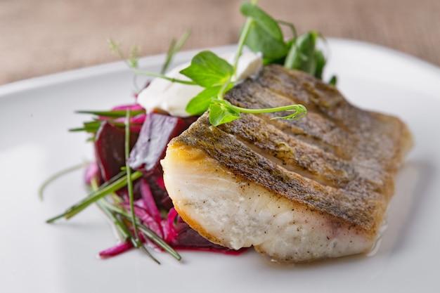 Filet De Sandre Aux Légumes Photo Premium