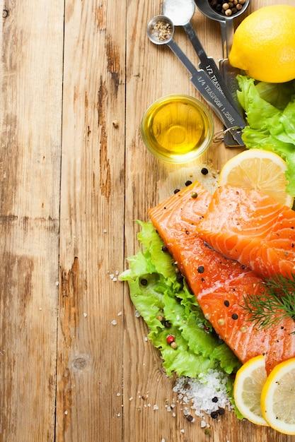 Filet de saumon délicieux, riche en huile oméga 3 Photo Premium