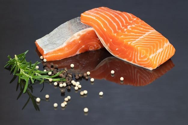 Filet de saumon sur fond noir Photo Premium