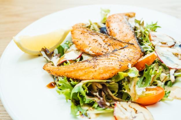 Filet de saumon grillé avec salade de légumes Photo gratuit