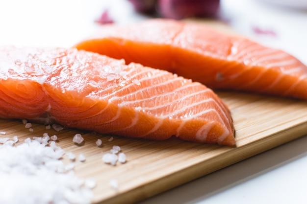 Filets de saumon cru préparés pour la cuisine Photo gratuit