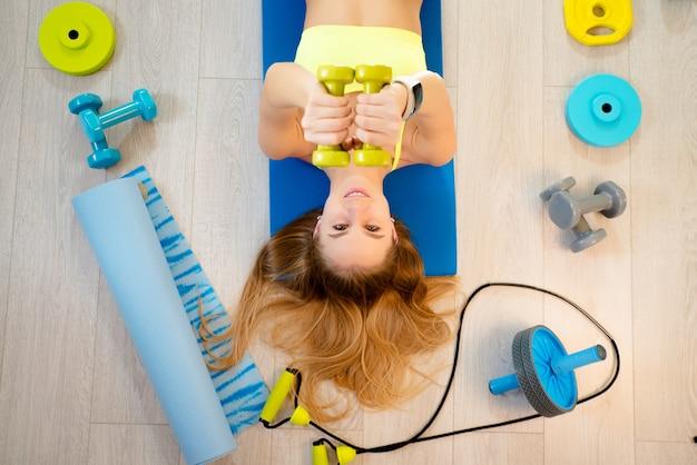 Fille avec accessoires de fitness Photo Premium