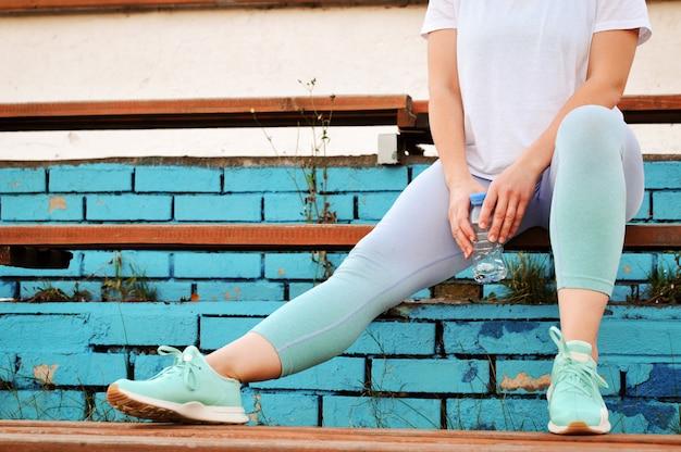 Une fille active avec un excès de poids va faire du sport pour perdre du poids au stade. Photo Premium