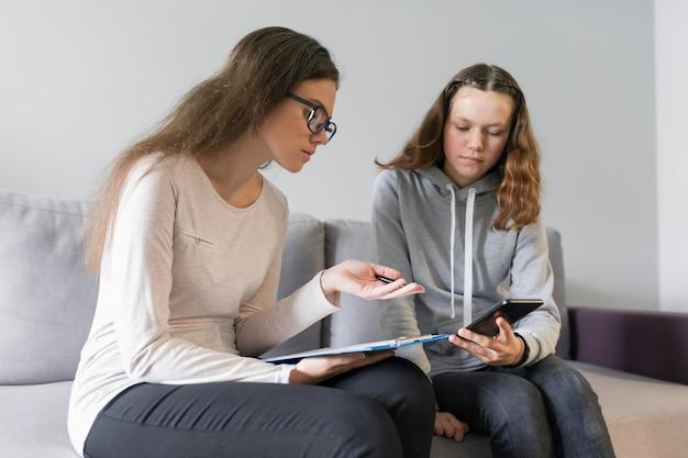 Fille Adolescente De 14, 15 Ans, Parler à Une Psychologue Photo Premium