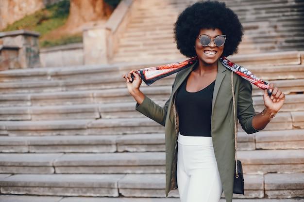 Fille africaine dans une ville d'été Photo gratuit