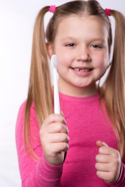 Fille D'âge Préscolaire Avec Brosse à Dents Photo Premium