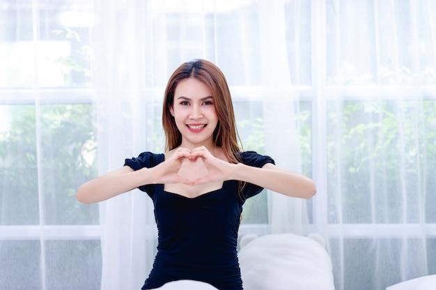 Une fille amoureuse d'un sourire éclatant Photo Premium