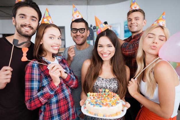 La Fille D'anniversaire Tient Un Gâteau Avec Des Bougies. Photo Premium