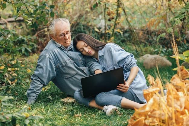 Fille Apprenant à Son Grand-père Comment Utiliser Un Ordinateur Portable Photo gratuit