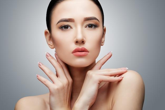 Fille Asiatique Brune Aux Longs Cheveux Raides Photo Premium