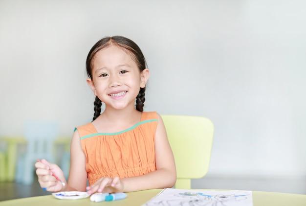 Fille asiatique dessin et peinture à l'eau Photo Premium